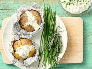 Pečený brambor s bylinkovým dipem