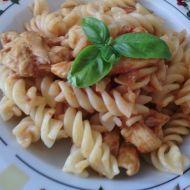 Levné těstoviny s lilkem a kuřecím masem recept
