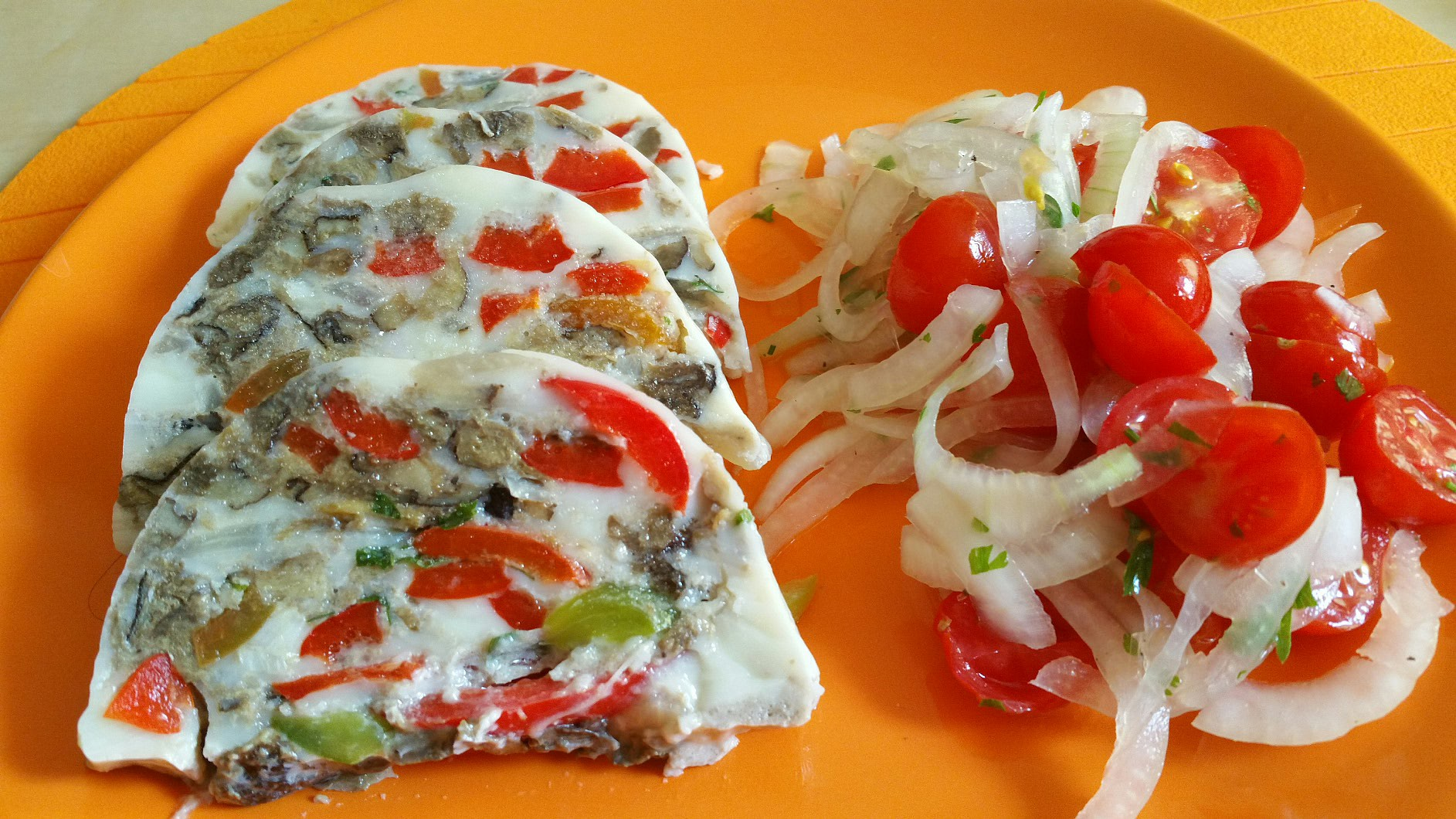 Houbová terina s cibulovo-rajčatovým salátem recept
