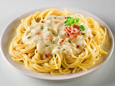 Špagety s kuřecím masem a bazalkovou omáčkou