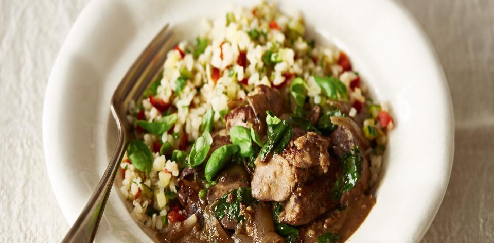 Kuřecí játra s čerstvou bazalkou a zeleninovou rýží