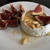Rozpečený camembert s fíky, mandlemi a medem recept