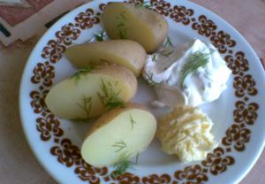 Nové brambory s česnekovým máslem a tvarohem