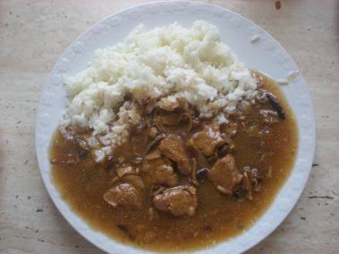Vepřové maso na houbách s rýží.