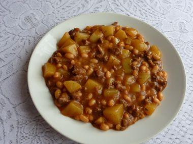 Bramborový guláš s fazolemi a masem