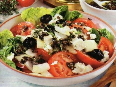 Rajčatový salát s ovčím sýrem