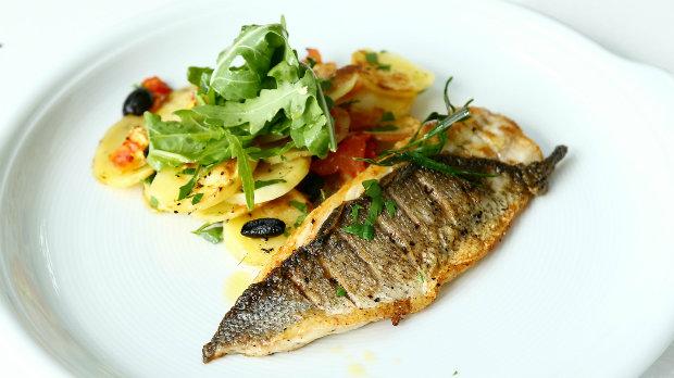 Grilovaná ryba s domácími chipsy