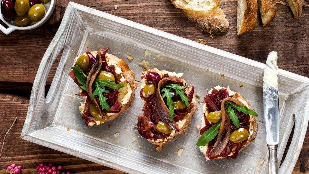 Bruschetta s cibulovou marmeládou, ančovičkou a olivami | Prima ...