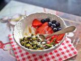 Ořechová matcha granola s kokosovým jogurtem recept ...