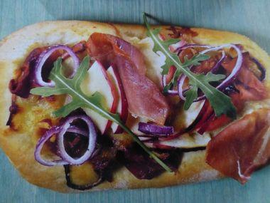 Pizza s parmskou šunkou a jablkem