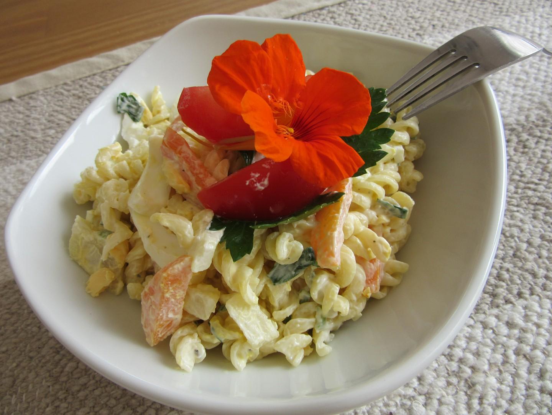 Těstovinový salát se zeleninou a zakysanou smetanou recept ...