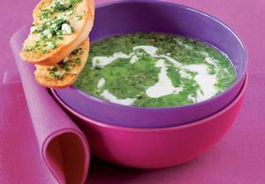 Polévka z mangoldu s plísňovým sýrem