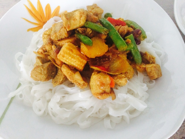 Rýžové nudle a krůtí maso na kari recept