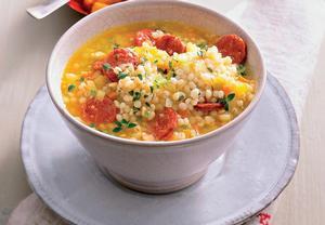 Kroupová polévka s paprikovou klobásou