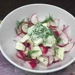 Ředkvičkový salát s jarními cibulkami recept  saláty