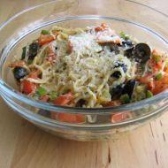 Špagety s rajčaty, olivami a jarní cibulkou recept