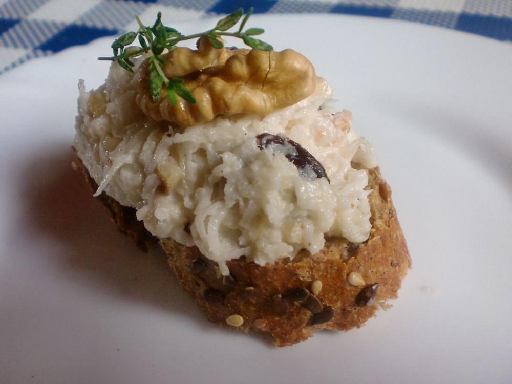 Celerová pomazánka s ořechy a rozinkami recept