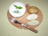 Nové brambory máčené v bazalkovém dipu recept