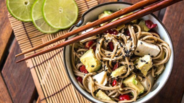 Japonské soba nudle s tofu, avokádem a chilli