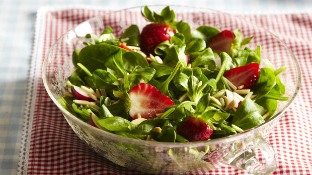Salát z čerstvého špenátu s jahodami a ředkvičkami