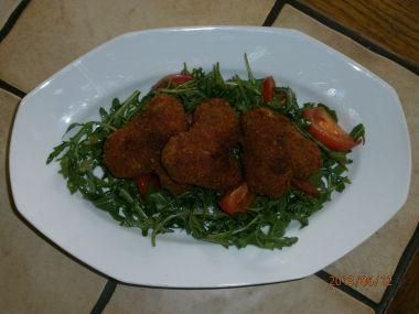 Rukolový salát s restovanými rajčaty a smaženými kuřecími křidýlky ...