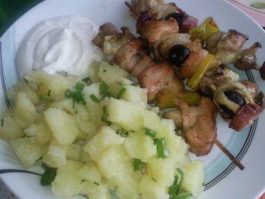 Kuracie ražniči s pažitkovými zemiakmi a dresingom