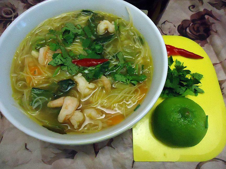 Krevetová (kuřecí) polévka s rýžovými nudlemi recept