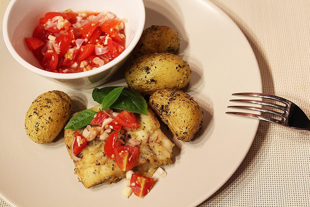 Treska s čerstvou rajčatovou salsou recept