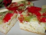 Jarní moučník s rebarborou, jahodami a barevnou želatinou recept ...