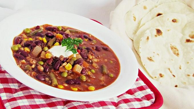 Zeleninová polévka po mexicku  s mletým hovězím, fazolemi a ...