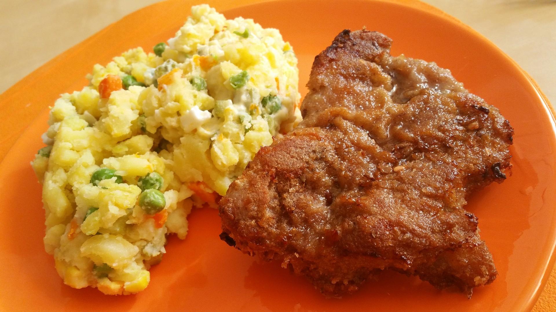 Tmavý řízek s bramborovým salátem recept