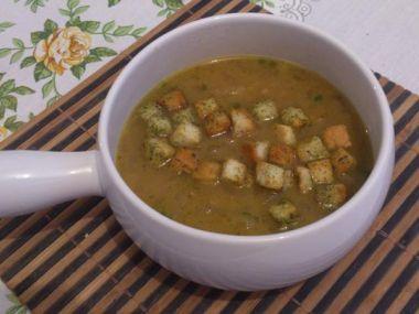 Cibulová polévka se smetanou a bylinkovými krutony