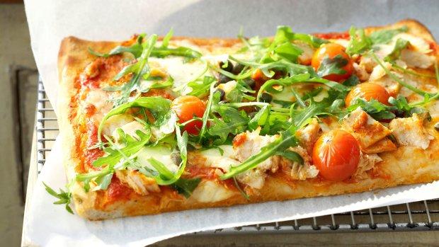 Pizza s tuňákem a rajčaty