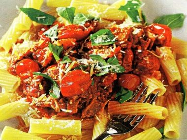 Makarony s rajčatovo-vinnou omáčkou