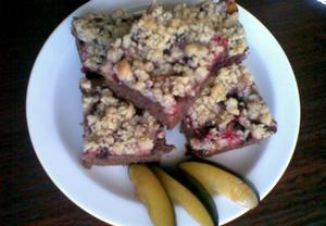 Perníkový koláč s ovocem a žmolenkou