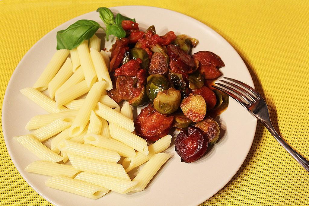 Růžičková kapusta s venkovským špekáčkem a rajčaty recept ...
