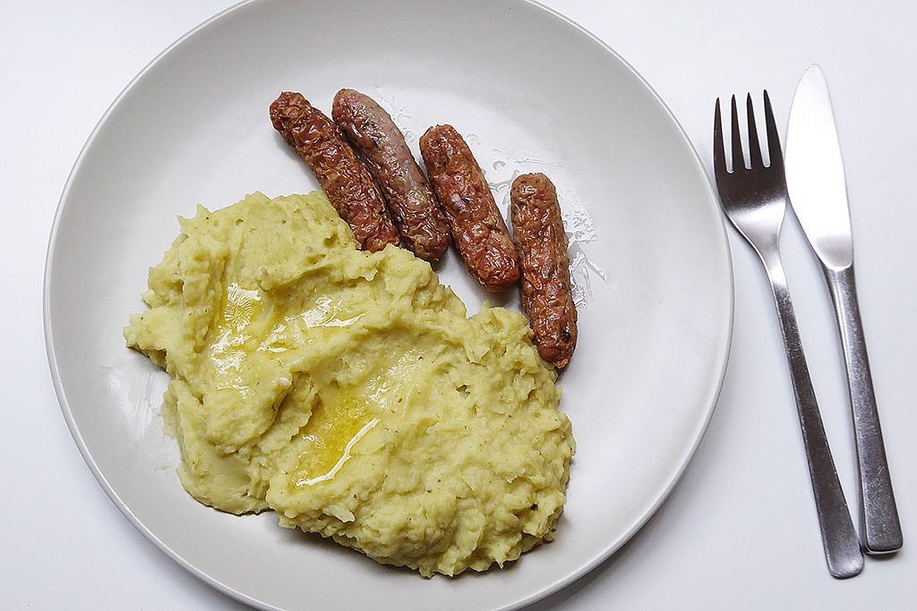 Bramborová kaše s pestem a bavorskými klobáskami recept ...