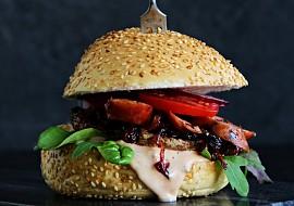 Burger s žampionem portobello, karamelizovanou cibulí a klobásou ...