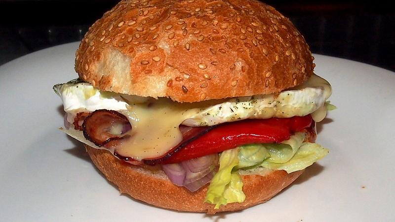 Hamburger s grilovaným hermelínem recept