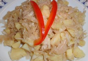 Salát z brambor a kyselého zelí