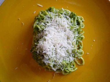 Brokolice se špagetami, sypané parmezánem