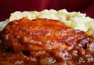 Pikantní kuře v rajčatech a cibuli