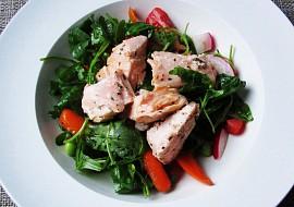 Zeleninový salát s kousky lososa recept