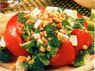 Brokolicový salát s arašídy
