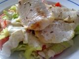 Lehký zeleninový salát s rybou na másle recept