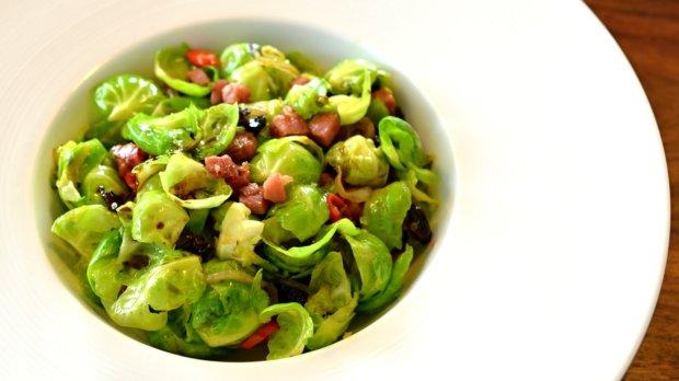 Salát z růžičkové kapusty se švestkami a chilli