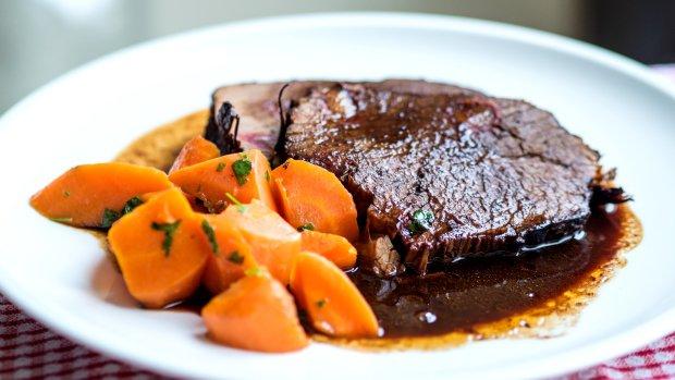 Hovězí pečeně na červeném víně s mrkví