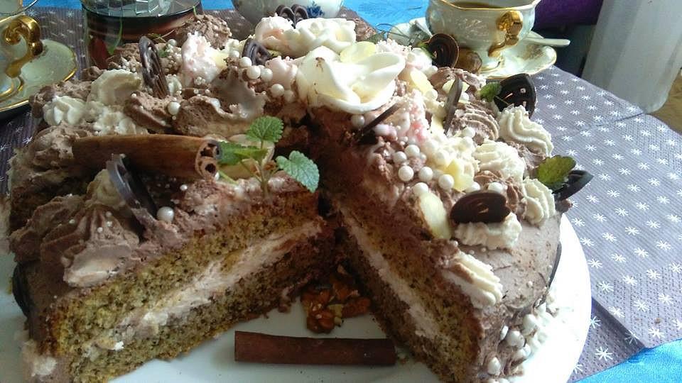 Ořechový dort s dvoubarevnou šlehačkou a růžičkami recept ...