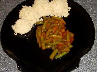 Pikantní zelené fazolky na rajčatech s chilli a s kuskusem