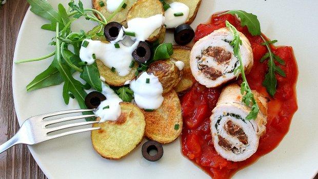 Krůtí rolky s rajčatovou omáčkou a salátem z pečených brambor ...